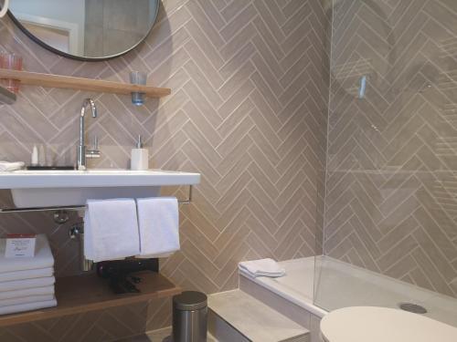 A bathroom at Parkhotel Schoenegg