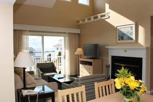A seating area at Waters Edge Resort and Spa TimeShare