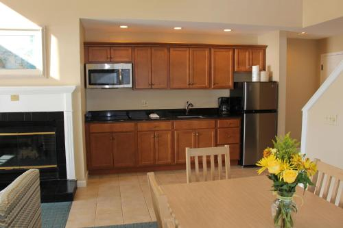 A kitchen or kitchenette at Waters Edge Resort and Spa TimeShare
