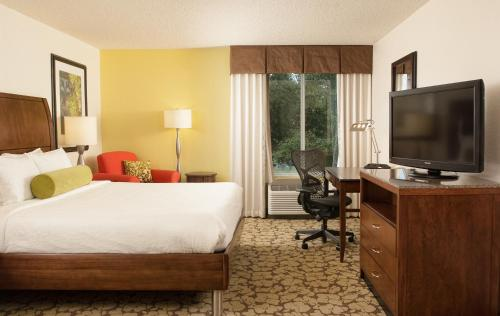 A bed or beds in a room at Hilton Garden Inn Orlando Airport