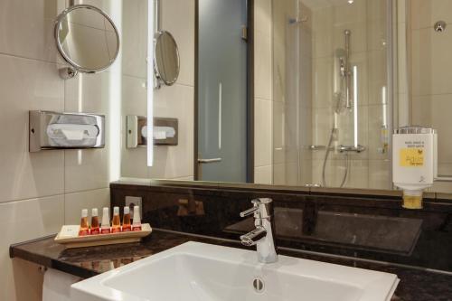 A bathroom at IntercityHotel Hannover