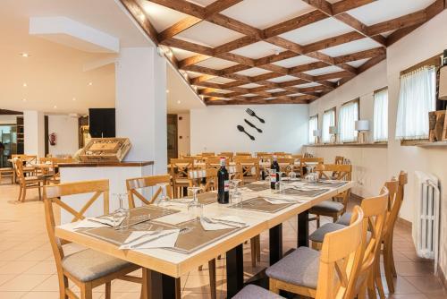 Un restaurante o sitio para comer en Hotel Viella