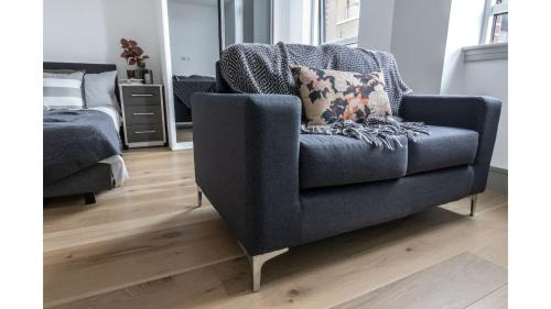 A seating area at Studio flat in Downhills Park - H