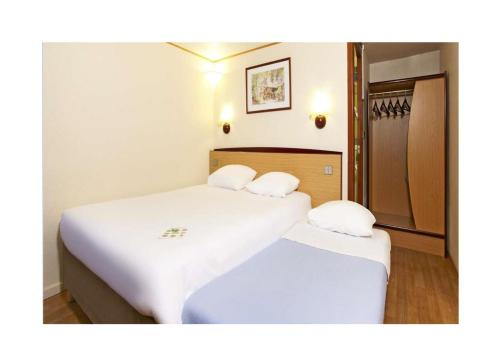 A bed or beds in a room at Campanile Strasbourg - Illkirch Geispolsheim