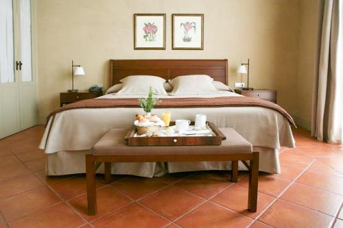 A bed or beds in a room at Hotel Bremon