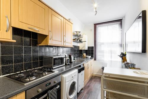 A kitchen or kitchenette at City Rooms