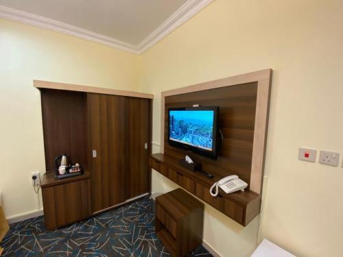 Uma TV ou centro de entretenimento em فندق الأوائل الذهبي