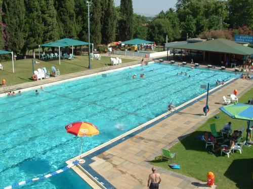 בריכת השחייה שנמצאת ב-מלון פסטורל - כפר בלום או באזור
