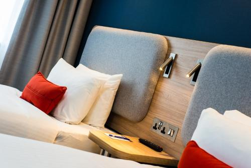 A bed or beds in a room at Holiday Inn Express Strathclyde Park M74, Jct 5, an IHG Hotel