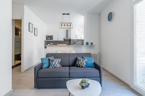 A seating area at Appart entier avec 1 chambre, 4 personnes max+ internet(FIBRE) / Entire Flat with 1 bedroom, for 4 people max + internet (FIBER OPTIC)