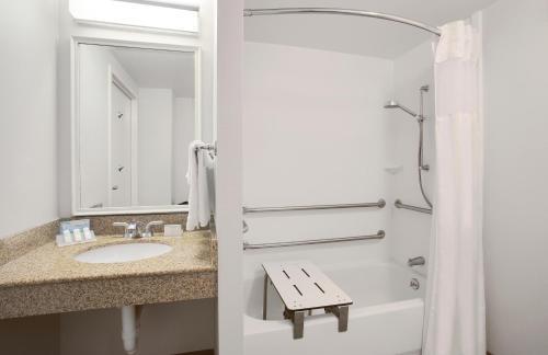 A bathroom at Hilton Garden Inn Saratoga Springs