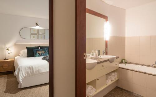 A bathroom at Beach Suites