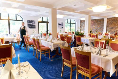 Ein Restaurant oder anderes Speiselokal in der Unterkunft Göbel's Seehotel Diemelsee