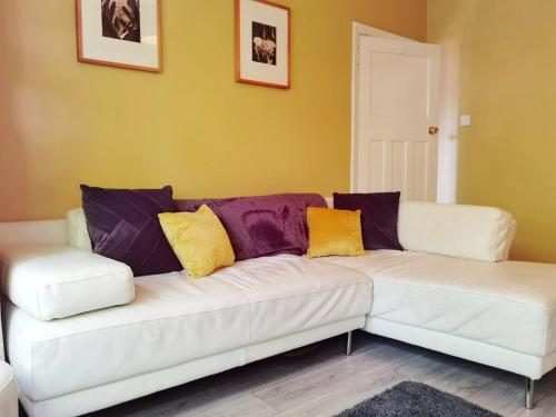 A bed or beds in a room at HUGE beautiful house available for Guests and Contractors Parking wifi