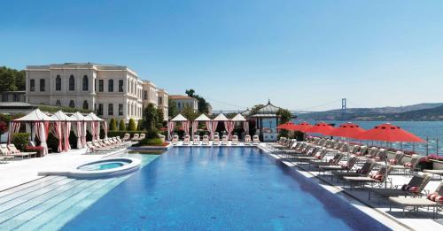 Бассейн в Four Seasons Hotel Istanbul at the Bosphorus или поблизости