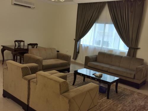 Uma área de estar em Al Fakhama Al Momaiza Hotel Suites