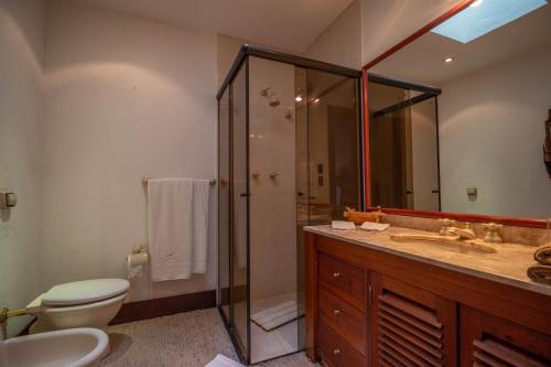 A bathroom at Pousada Mansão Edelweiss