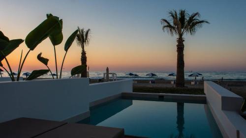 Het zwembad bij of vlak bij Iperion Beach Hotel