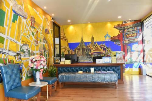 De lobby of receptie bij Siri Oriental Bangkok Hotel