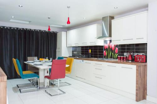 A kitchen or kitchenette at Perfect For Family, Groups & Contractor - 6 Bedroom House at Metro Serviced Apartments Langley Guest House - Book Today