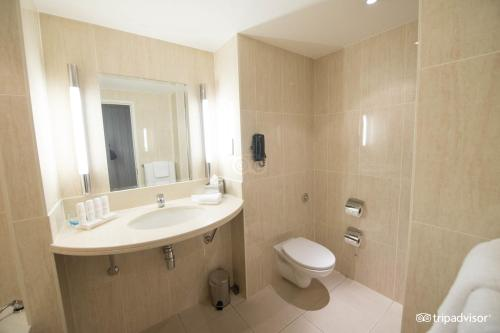 A bathroom at Radisson Blu Hotel, Glasgow