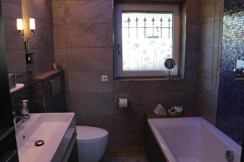 Ein Badezimmer in der Unterkunft Maisonette Deluxe by fewo-amperland
