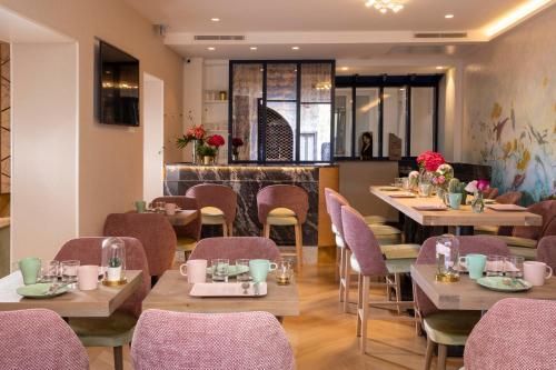A restaurant or other place to eat at Hôtel des Arts Montmartre