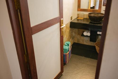 A bathroom at ViewPoint Ecolodge