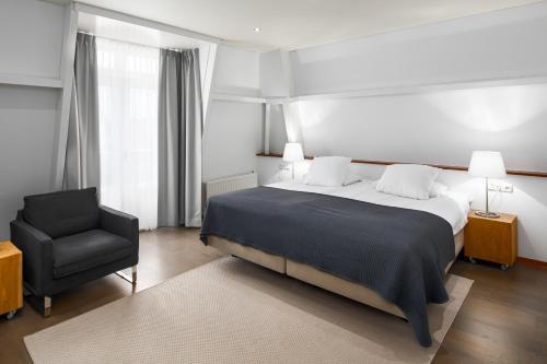 Een bed of bedden in een kamer bij Strandhotel Duinheuvel