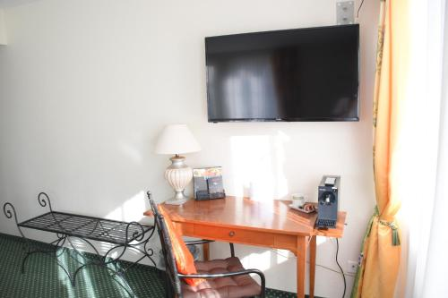 A television and/or entertainment center at Hotel im Rhyhof