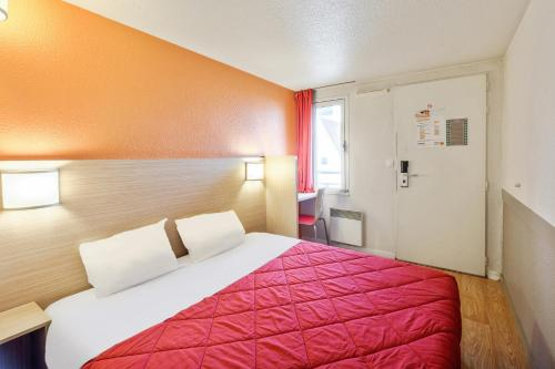 A bed or beds in a room at Premiere Classe Carcassonne