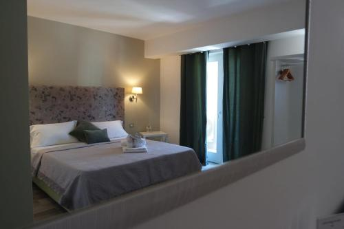 A bed or beds in a room at Hotel Pompei Be Green