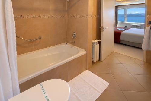 A bathroom at Hotel Tirol