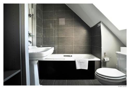 A bathroom at Hotel De La Treille