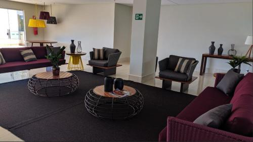 A seating area at Park Veredas Flat 223