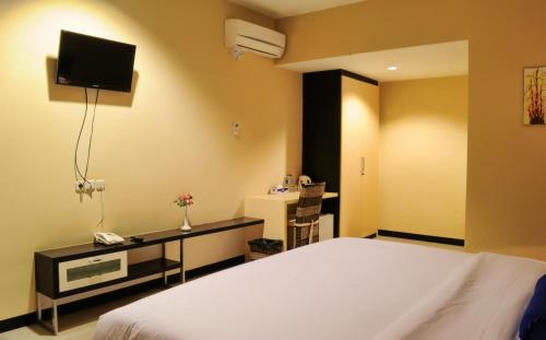 A bed or beds in a room at Amazing City Beach Resort