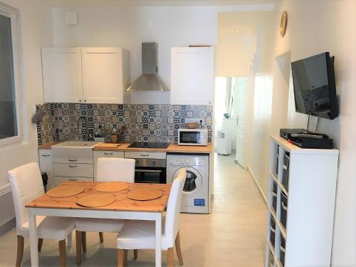 A kitchen or kitchenette at T3 lumineux gare Saint-Charles