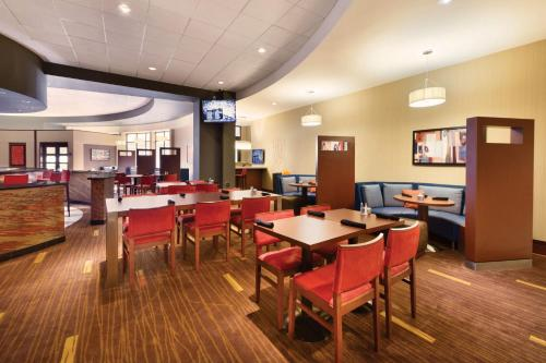 A restaurant or other place to eat at Courtyard by Marriott Oklahoma City Downtown