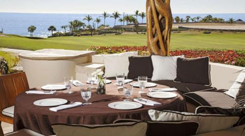 Un restaurante o sitio para comer en Phenomenal Villa with Ocean View, Swim-Up Bar, Home Gym and located on a Golf Course
