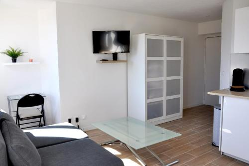 A bed or beds in a room at Superb studio close to the VIEUX PORT