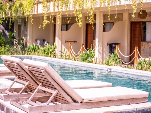 The swimming pool at or close to Mango Lodge