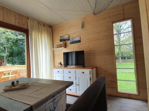 A television and/or entertainment center at Nordseehostel am Bahnhof