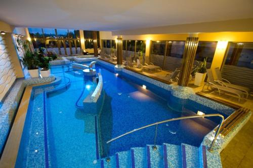 The swimming pool at or close to Piknik Wellness Hotel