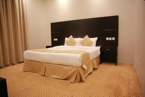 Cama ou camas em um quarto em Rahty Home Hotel Apartments