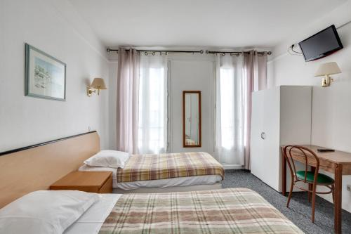 A bed or beds in a room at Ideal Hotel