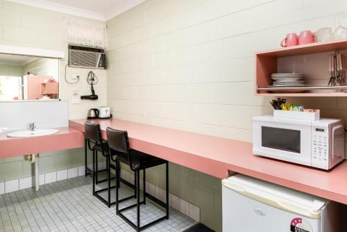 A kitchen or kitchenette at Yungaburra Park Motel
