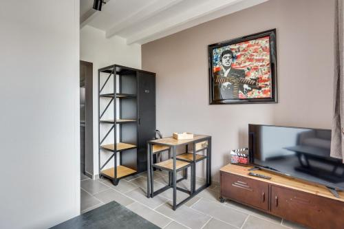 A television and/or entertainment centre at Roissy Appartements