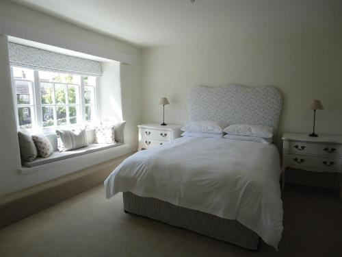 A bed or beds in a room at The Heritage Bed and Breakfast