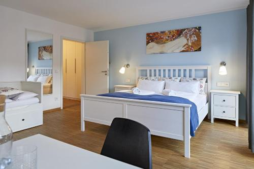 A bed or beds in a room at Übernacht - HostelHotelHome