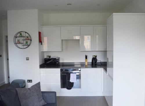 A kitchen or kitchenette at Deluxe 1 Bedroom St Albans Apartment - Free Wifi & Parking